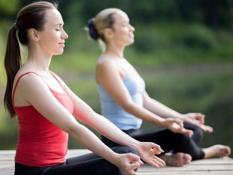 dos-chicas-haciendo-yoga-al-aire-libre